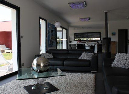 maison neuve charente maritime salon canapé noir