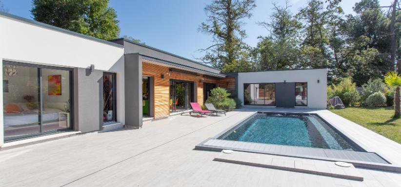 une maison plain pied en L avec piscine