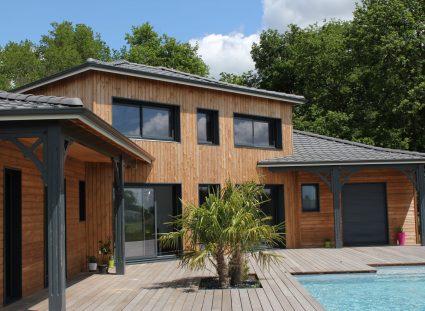 maison bois avec grandes baies vitrees