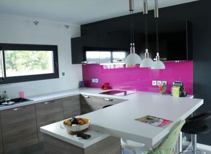 maison en bois avec cuisine rose et noire