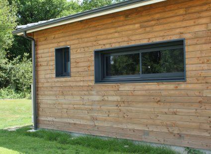 maison bois avec fenêtres