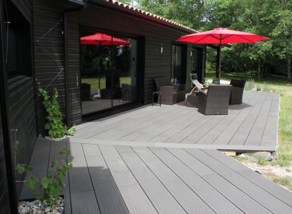 maison en bois noir avec terrasse