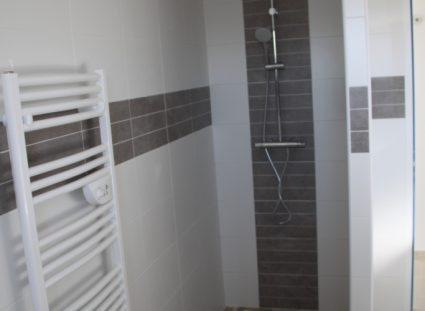 maison neuve en Dordogne douche avec sèche serviette