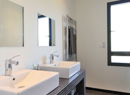 salle de bain ado avec couverte de mosaïques