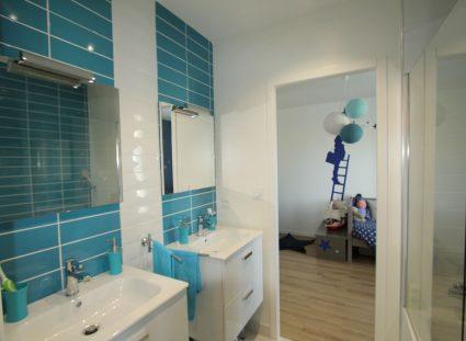 salle de bain pour enfant entre 2 chambres