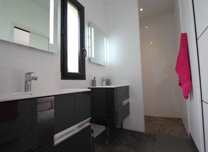 salle de bains positionnées entre deux chambres