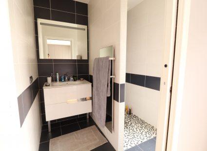 salle de bain avec porte à galandage