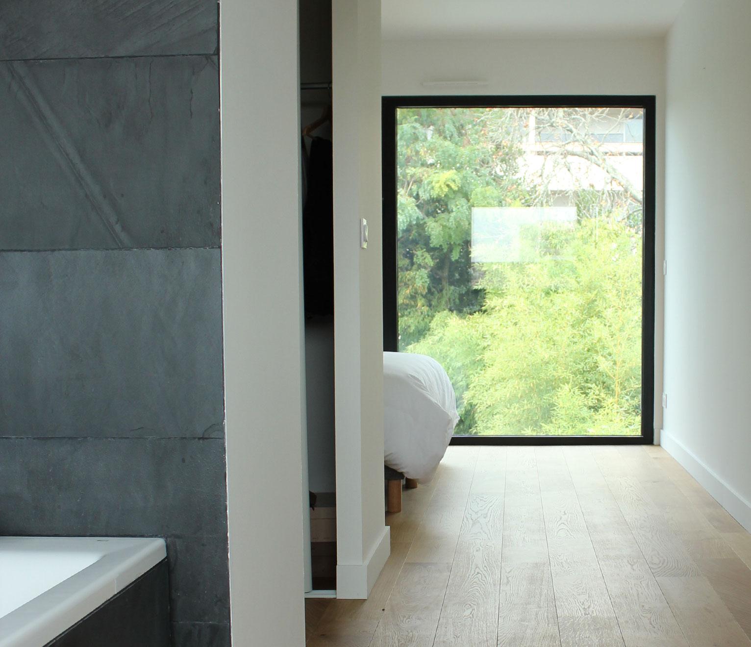 chambre et salle de bains avec vue
