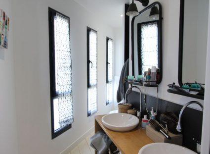 maison contemporaine salle de bain avec double vasque