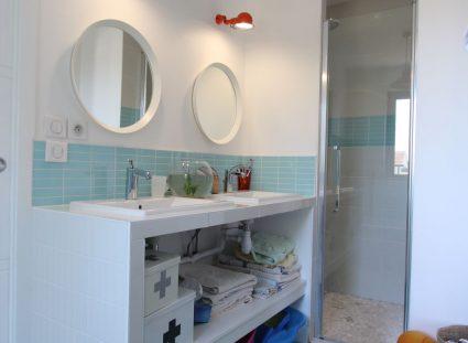 maison contemporaine nature avec salle de bain bleue