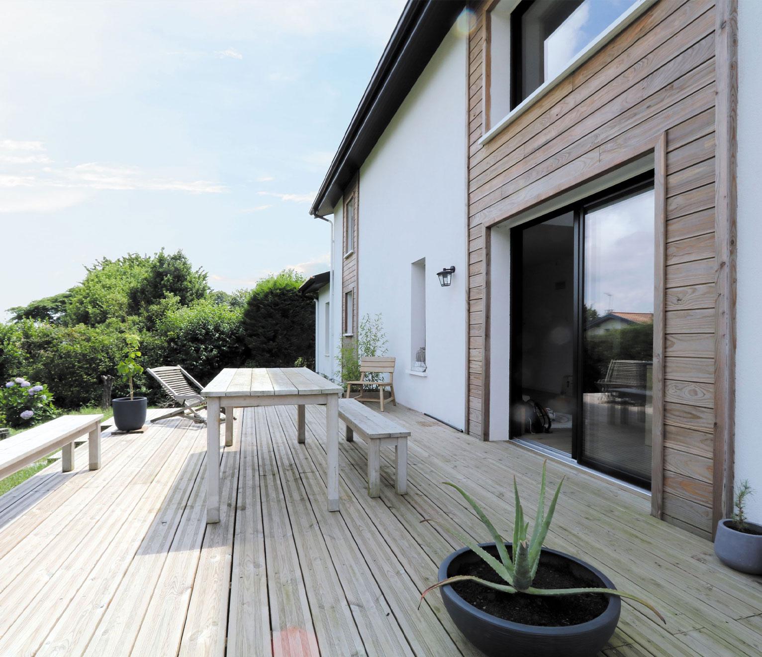 une maison basque avec terrasse bois