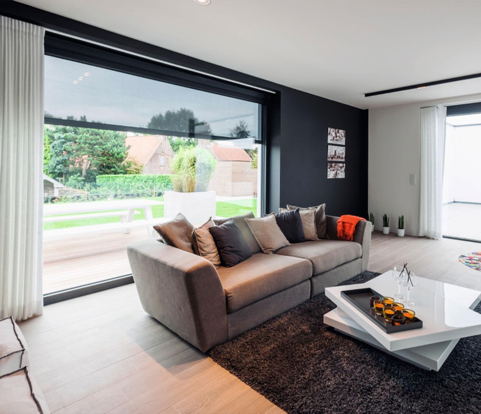 Le Fixscreen de Renson protège votre salon des rayons du soleil, préserve la fraîcheur intérieure et votre intimité tout en préservant la vue sur l'extérieur.