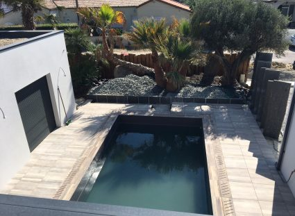maison à étage avec piscine