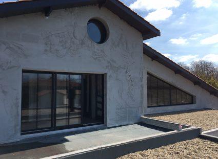 maison à étage avec terrasse