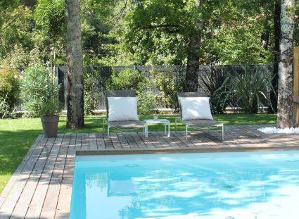 maison avec terrasse en bois et piscine