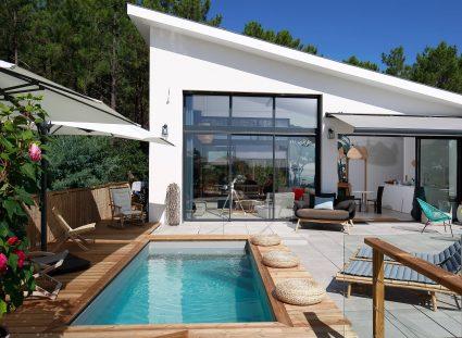 Une maison avec terrasse panoramique et piscine