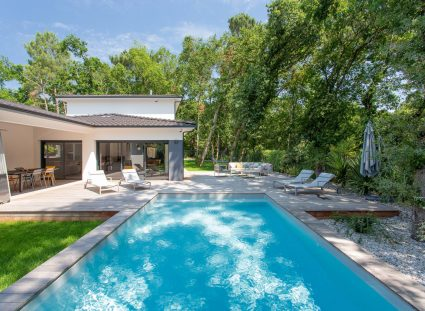 Une maison au calme avec piscine sous les arbres