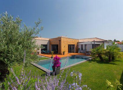 Une maison contemporaine avec piscine