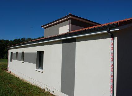 Maison moderne dans le Lot enduit blanc et décors Gris