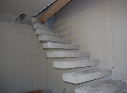 Maison moderne dans le Lot escalier béton
