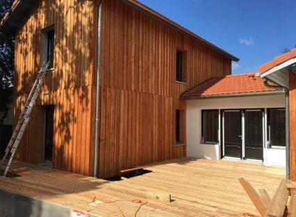 belle façade de maison en bois