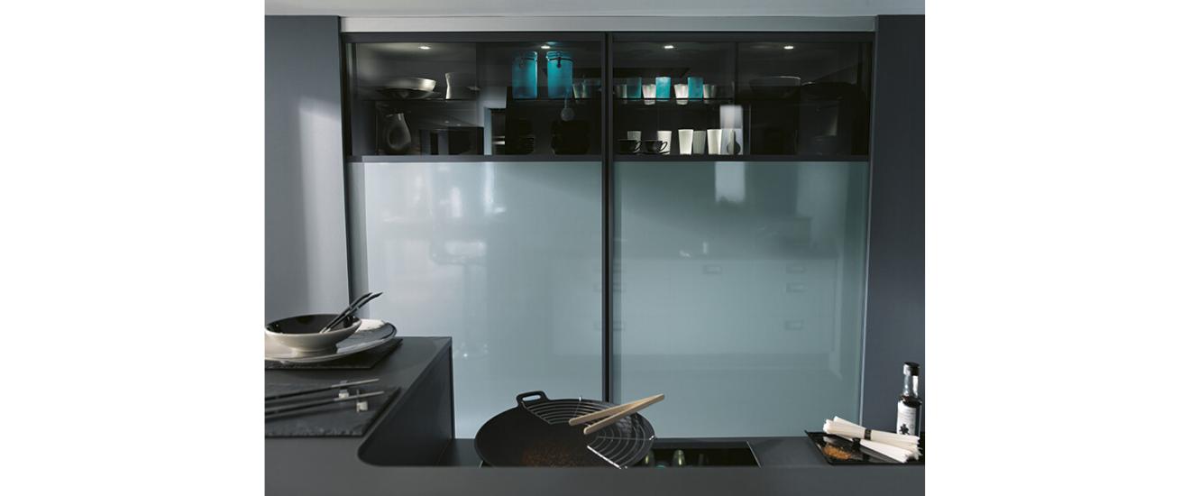 cuisine KIFFA avec façades coulissantes fermées