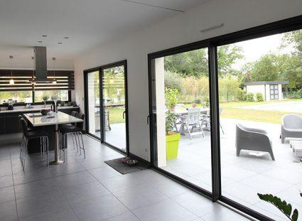 cuisine avec fenêtre panoramique et baie coulissante