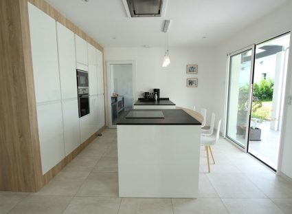 cuisine blanche avec grande baie vitrée