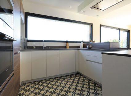 cuisine moderne avec long châssis vitre