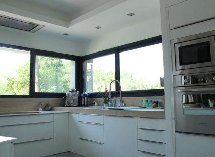 cuisine moderne avec longues fenêtres coulissantes