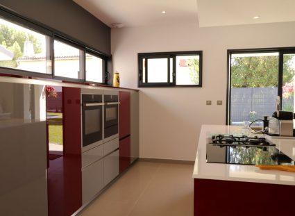 cuisine rouge avec fenêtres