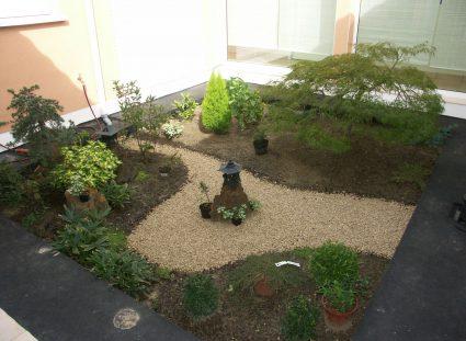 jardin zen dans un patio