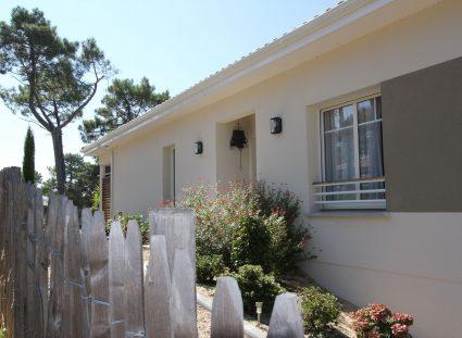 jardin naturel à l'entrée de la maison