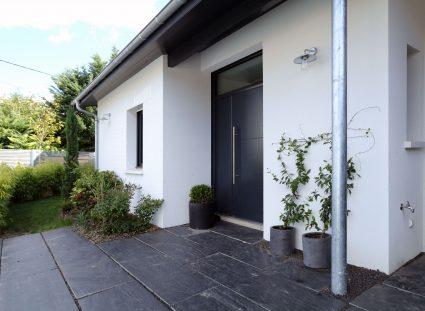 maison contemporaine à Bordeaux avec entrée fleurie