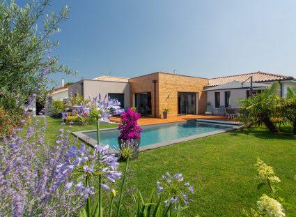 Un jardin paysager autour d'une piscine