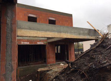 maison avec toit terrasse briques collées