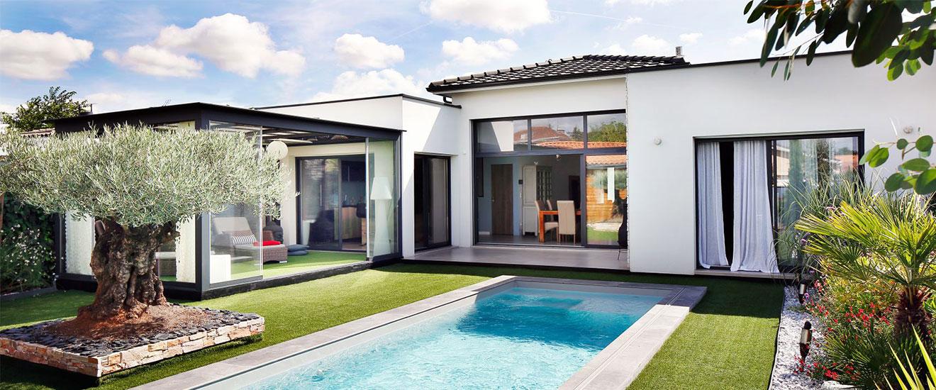 Une piscine dans un jardin en longueur
