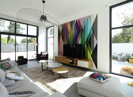 salon dynamique avec papier peint coloré