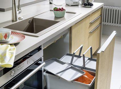 cuisine avec poubelles intégrées