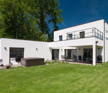 maison avec terrasse couverte et solarium