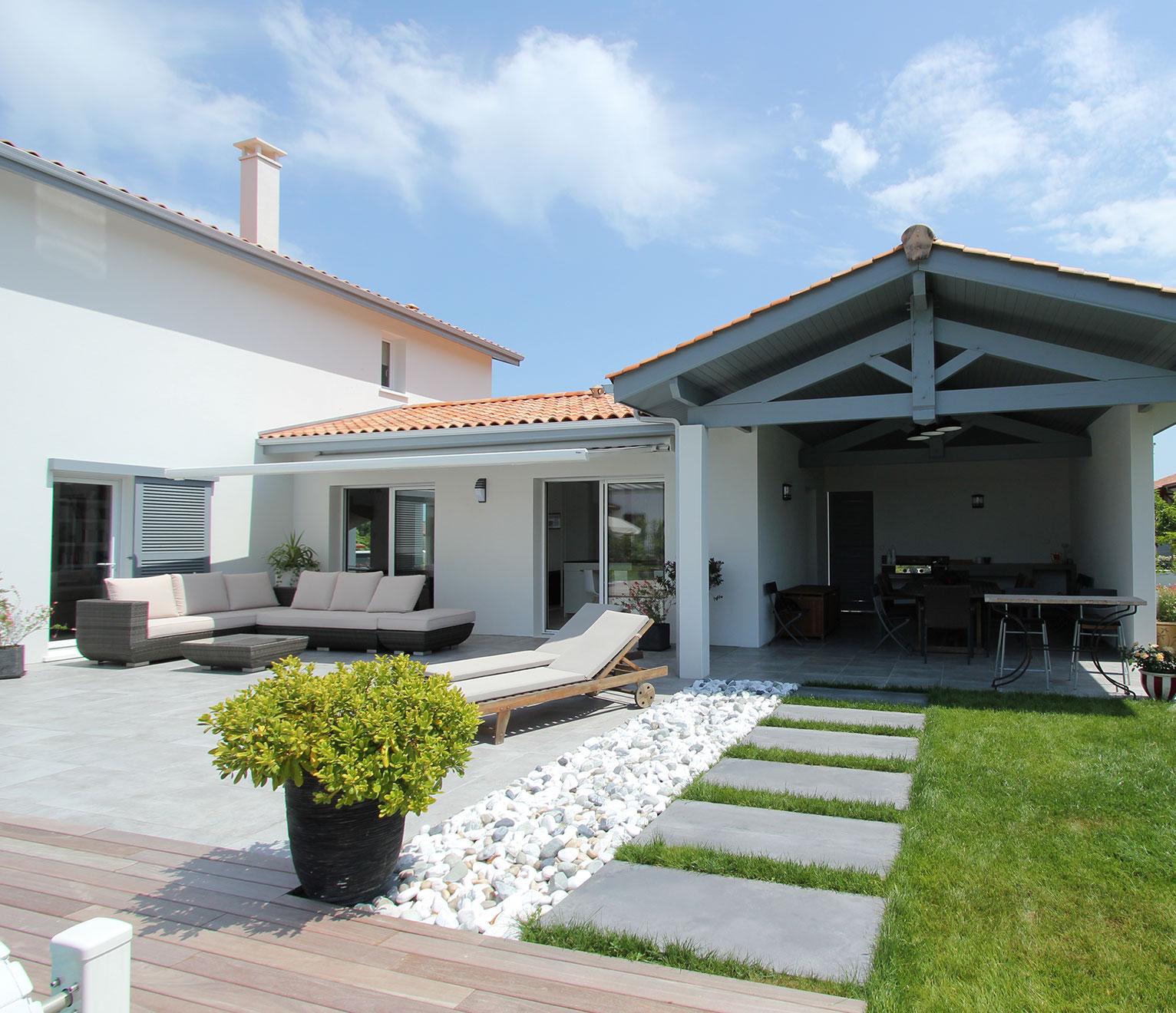la terrasse couverte d'une maison basque
