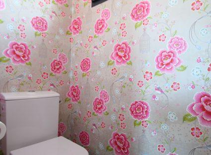 toilettes au décor floral