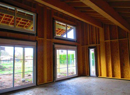 une maison bois bardage rouge baies vitrees