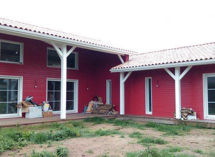 une maison bois bardage rouge finitions