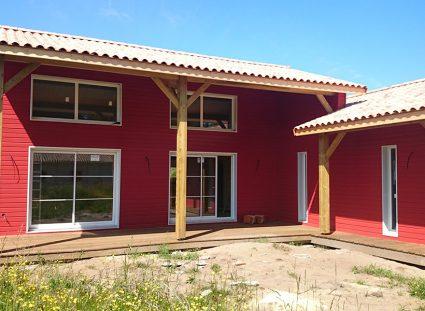 une maison bois bardage rouge habillages extérieurs
