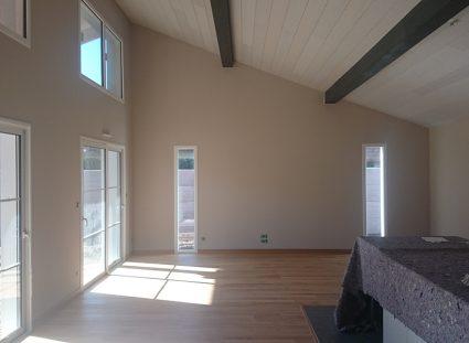 une maison bois bardage rouge avec séjour lumineux