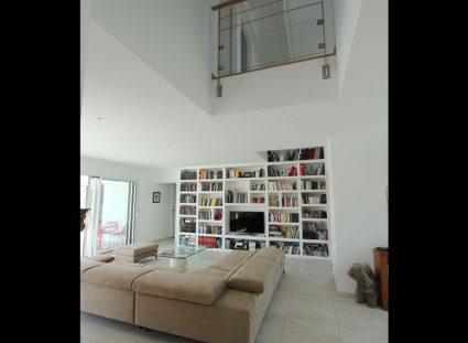 maison neuve séjour bibliothèque intégrée