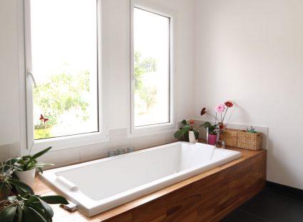 salle de bain design avec double fênetre
