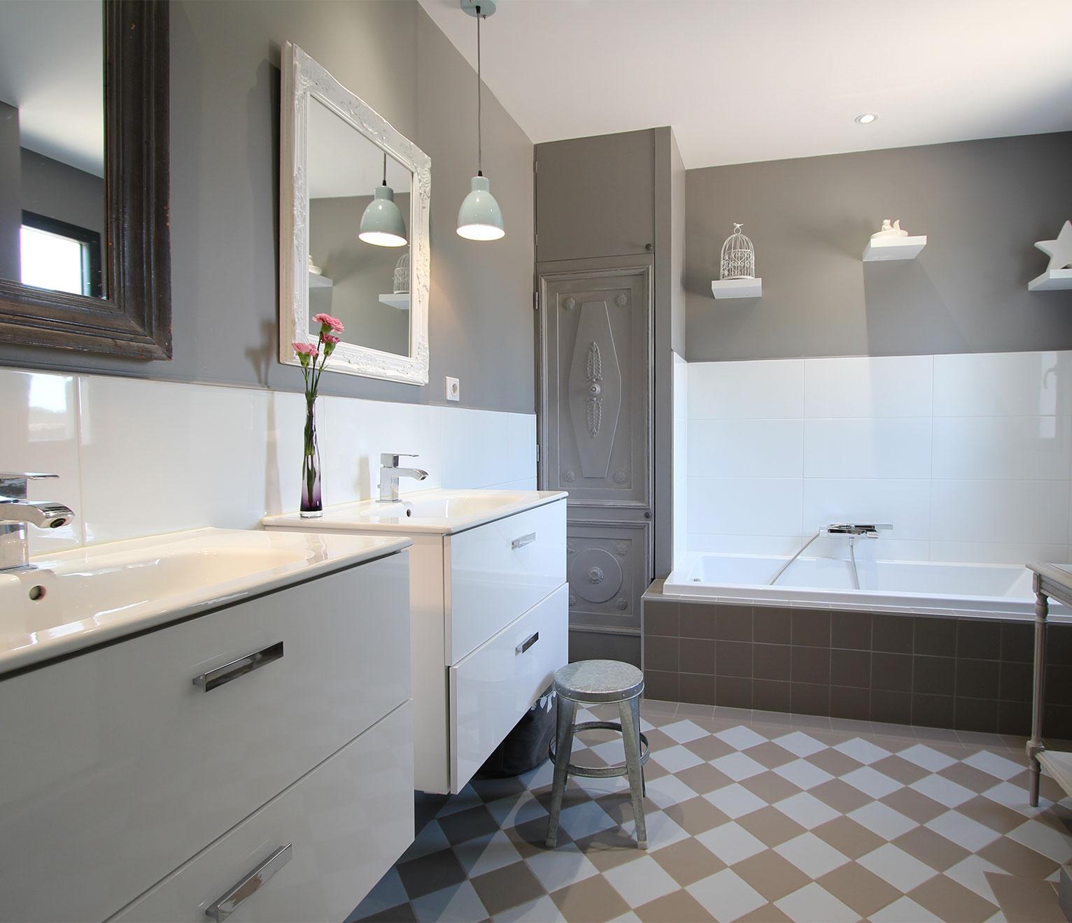 une salle de bains ludique