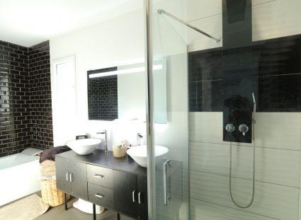 maison contemporaine avec salle de bain moderne